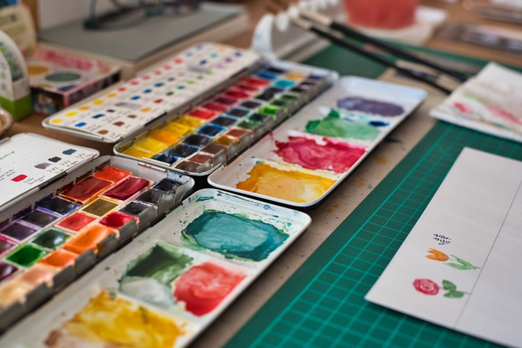 Paint palettes with multiple colours