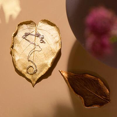 From foliage to fab: DIY leaf-shaped metallic trinket dish